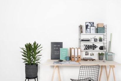 werkplek-met-metalen-boekenrek-en-houten-bureau
